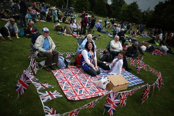 Revellers gather for Jubilee picnic ahead of Queen's diamond gig -