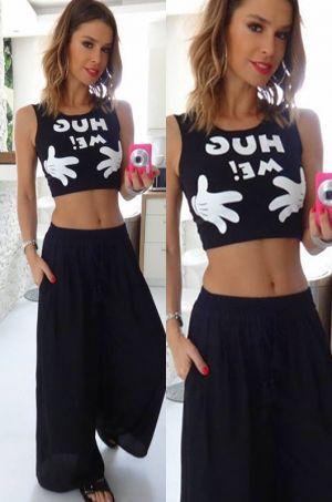 Tričko nad brucho s nápisom Huge me bez rukávov na hrubšie ramienka, vhodné na party či na každodenné nosenie.
