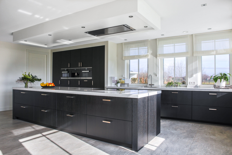 Roestvrij Stalen Keuken : Deze chique keuken heeft zwarte eiken fineer fronten en een rechte