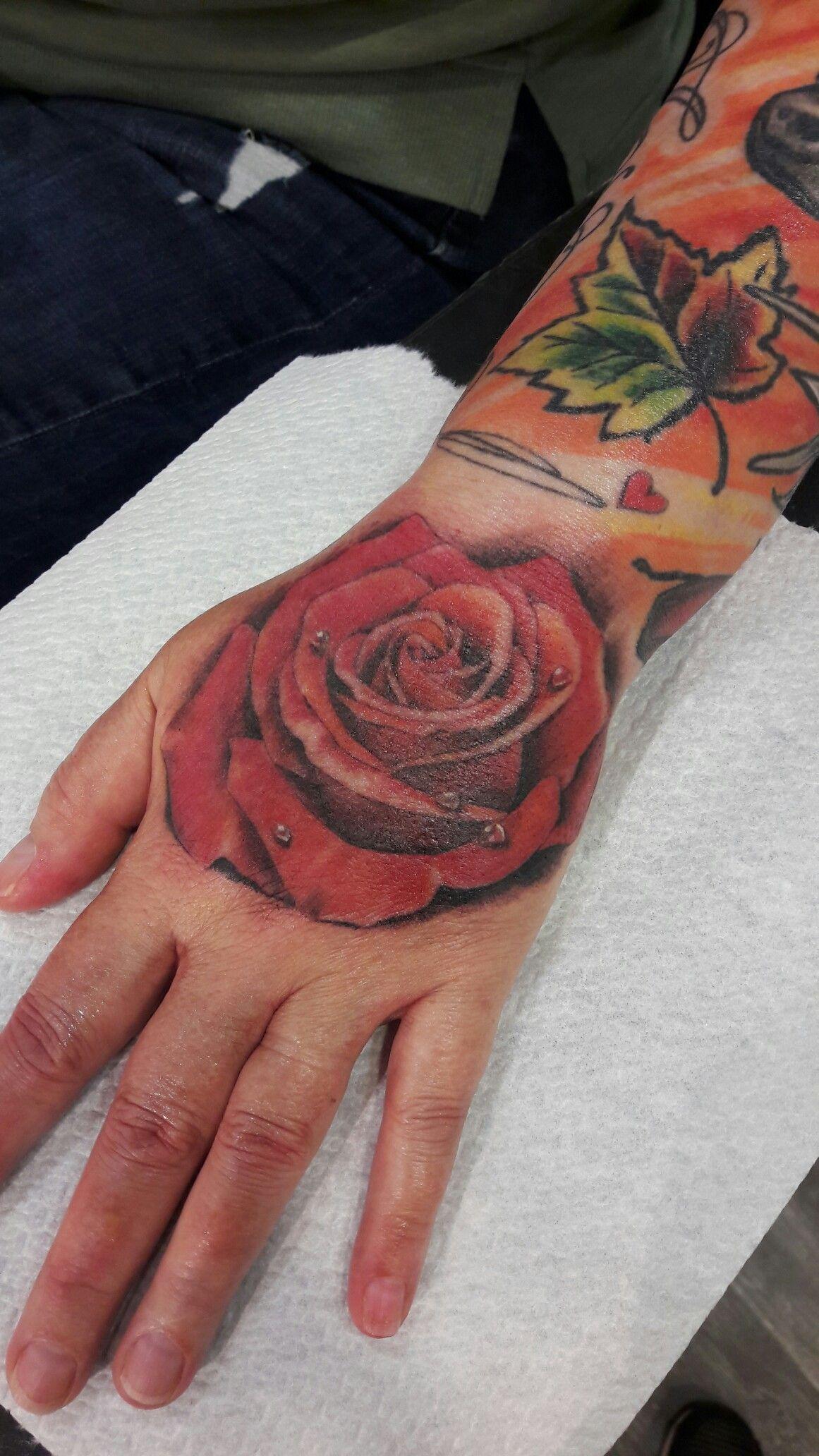 Tattoo roos hand.
