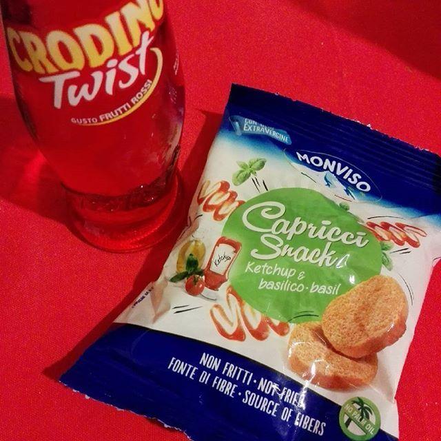 Aperitivo con crodino e crostini, prodotti trovati nella @degustabox_it di febbraio.  Ogni tanto una pausa ci vuole ;) #laforchettasullatlante #aperitivo #crodino #crostini