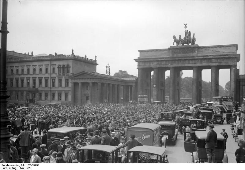 Berlin 1928 Pariser Platz Mit Brandenburger Tor Gedraenge Beim Aufziehen Der Marinewache Brandenburger Tor Berlin Historische Fotos