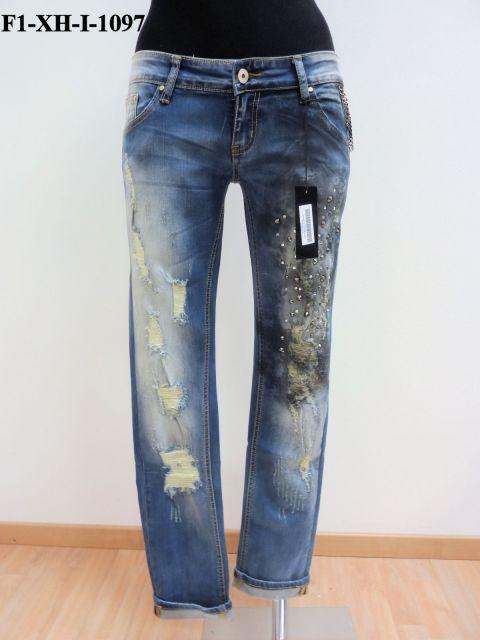 Jeans scolorito starppato con catene sulle tasche e borchie e strass sulla coscia sinistra.