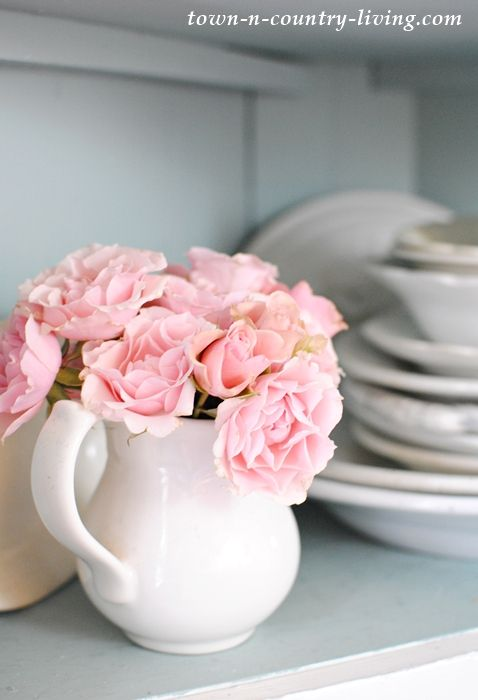 Pink and White Table Setting | Pink roses and Farmhouse style