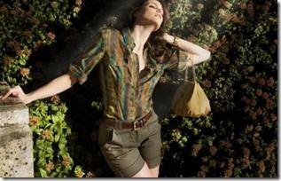 Camisa com estampa com cores que remetem à motivos naturais e pré-históricos