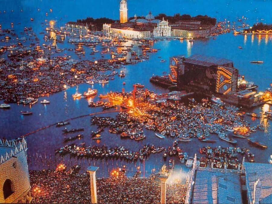 Pink floyd live on the canal di San Marco, Italy at July 15 1989 @LyricsFloyd @steve_sps pic.twitter.com/FTO2sUouVd