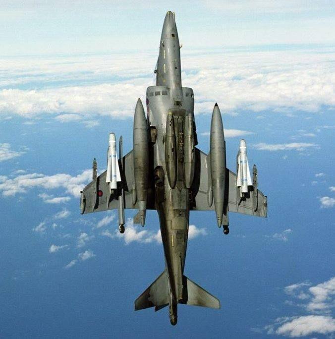 La imagen puede contener: avión, cielo, nubes y exterior