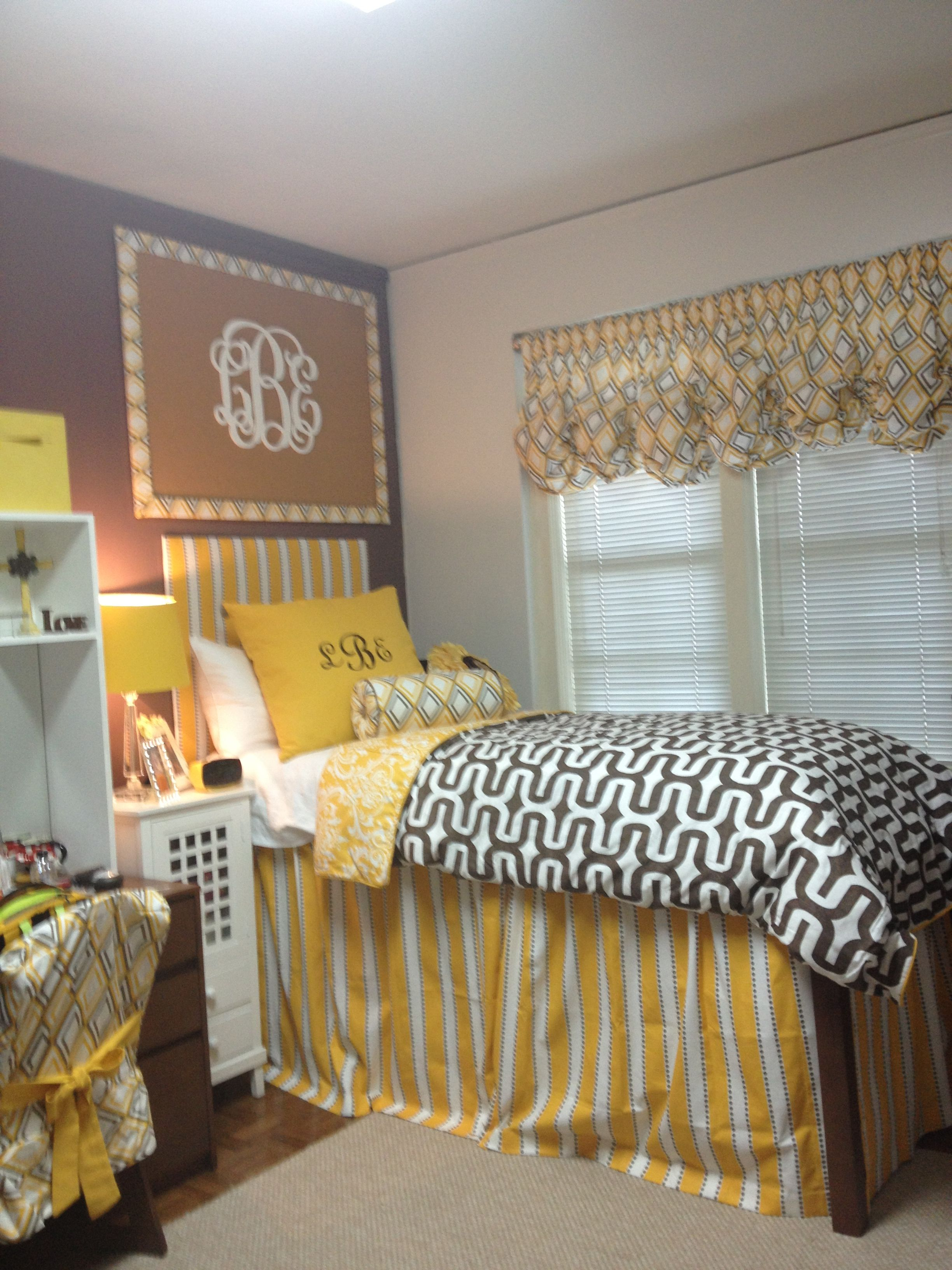 Small Dorm Room: Dorm Room That Looks So Pretty Using Lots Of Fabric To