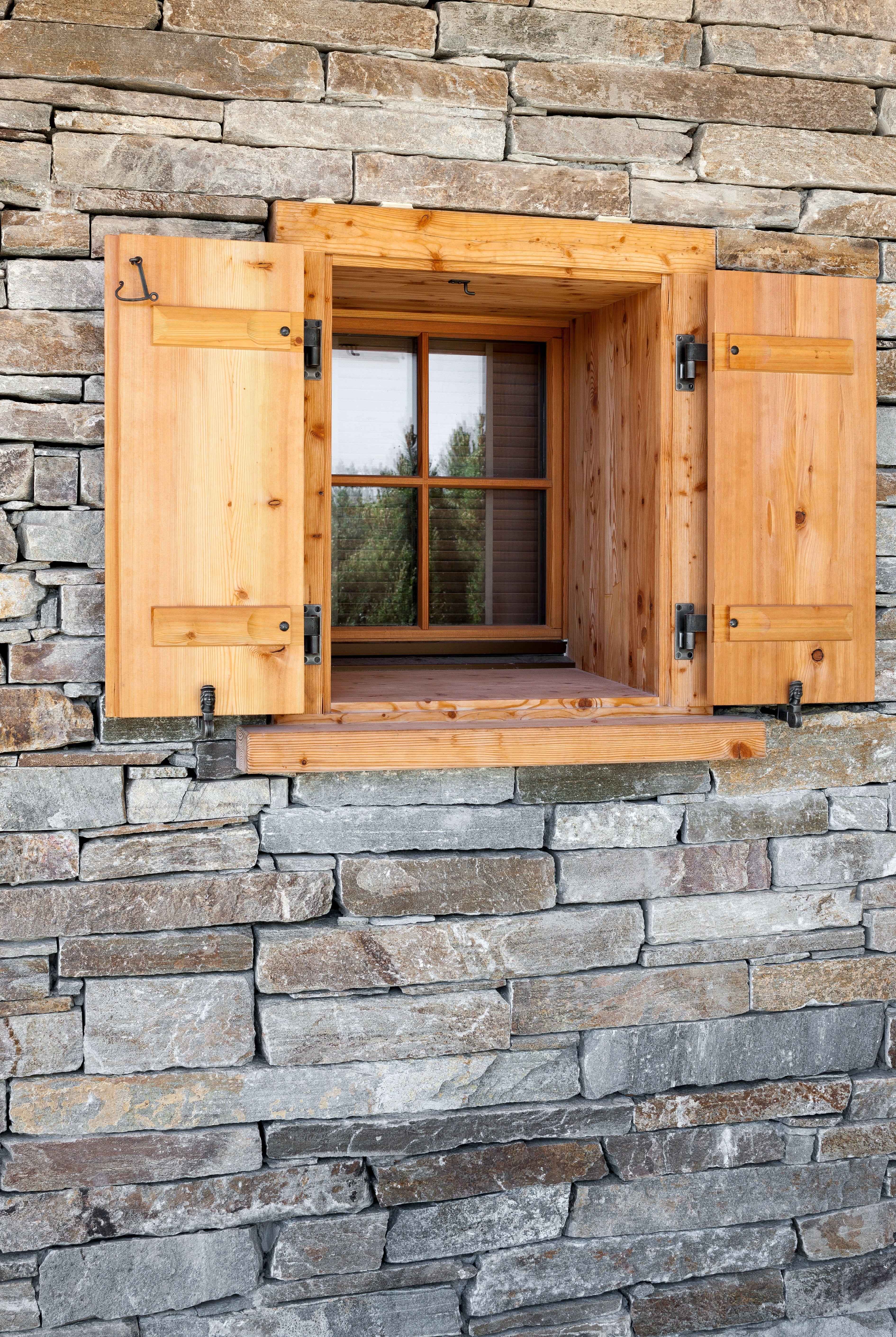 die gew hlten naturmaterialien stein und holz f r die fassadenverkleidung des chalets. Black Bedroom Furniture Sets. Home Design Ideas