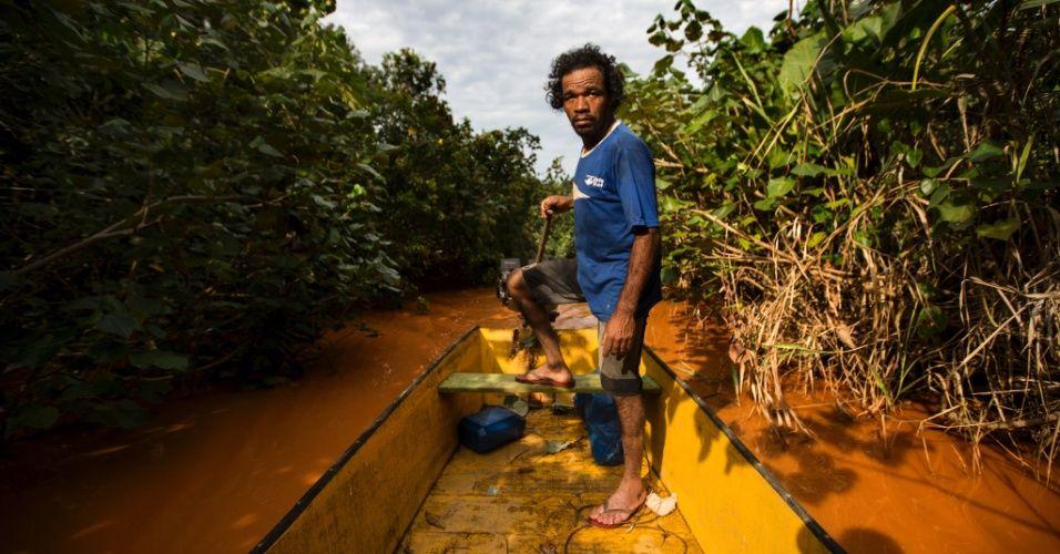 SEM ÁGUA E NA LAMA - O pescador José Antonio Siqueira, 43, vai todos os dias a Regência (ES) para buscar água potável. Comunidades ribeirinhas de Entre Rios, que moram em regiões alagadas que se formam no rio Doce, estão sem água desde a chegada da lama