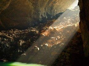 Acessível apenas por rapel, maior caverna do mundo tem floresta e lago