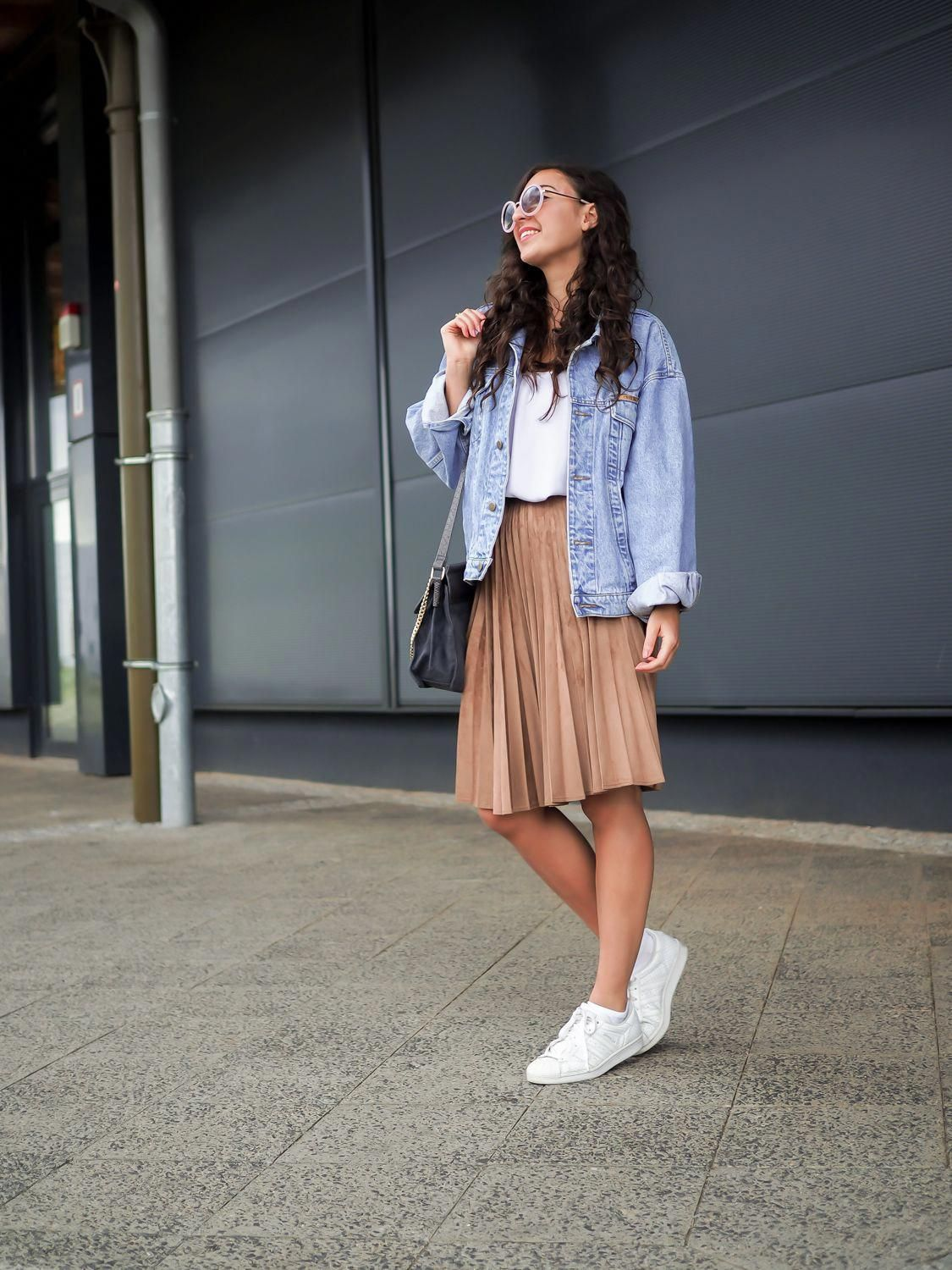 df7c04a0bc Oversize Denim Jacket and Pleated Skirt how to wear retro boyfriend  jeansjacke plissee rock midi länge