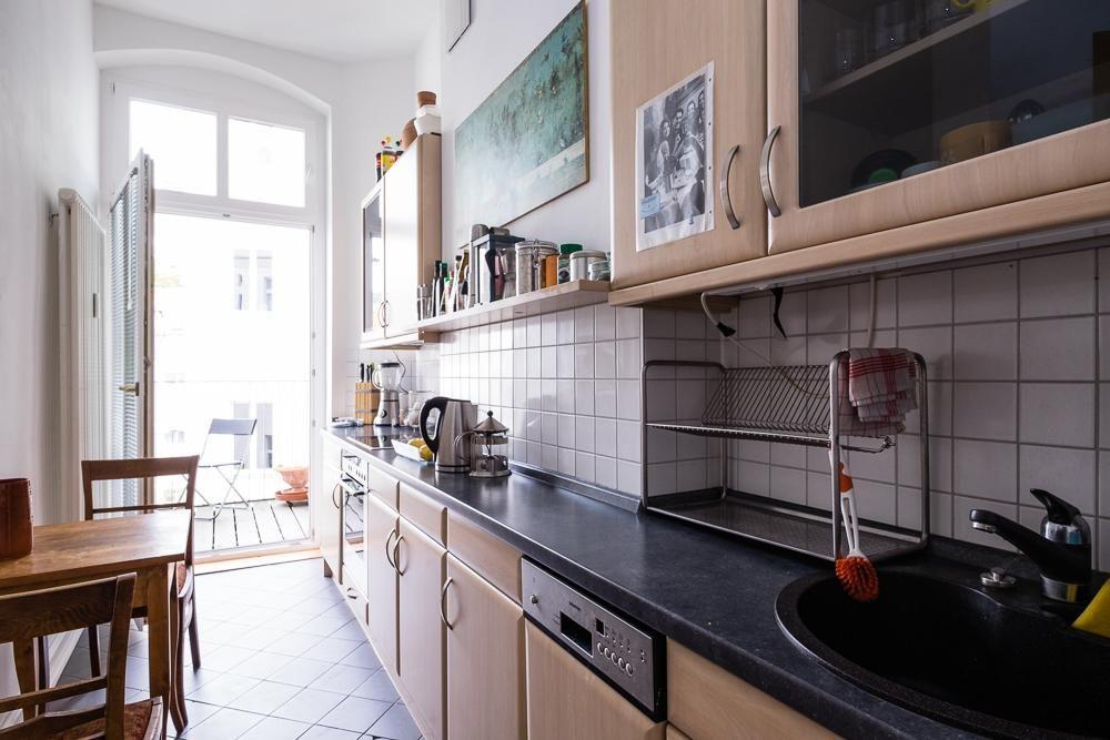 Schön Eingerichtete Küche Mit Balkonzugang Und Kleiner
