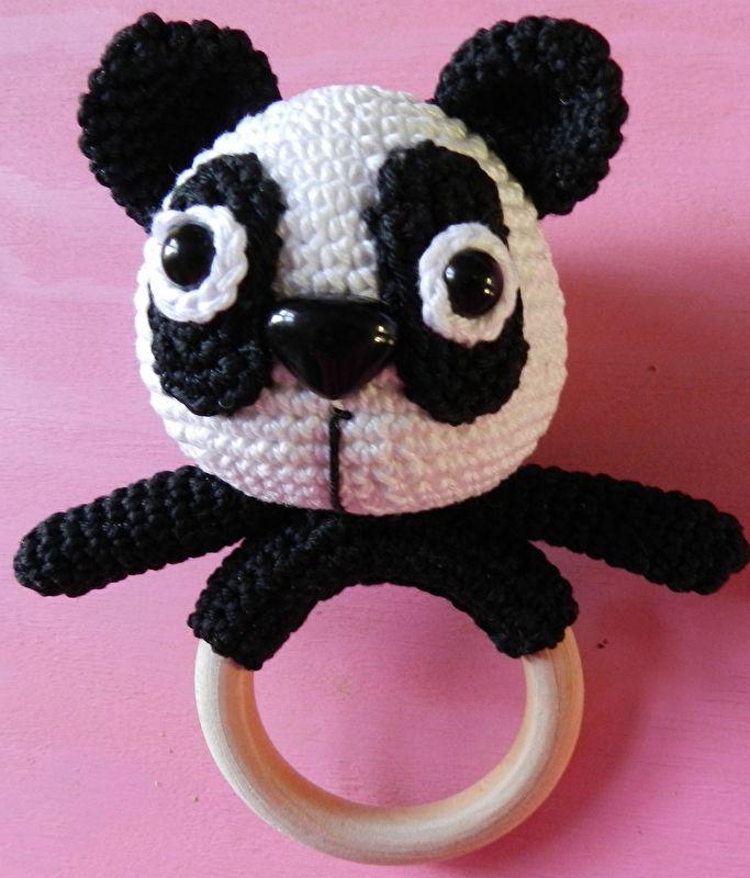 Gratis Patroon Rammelaar Panda Met Houten Ring Panda Crochet