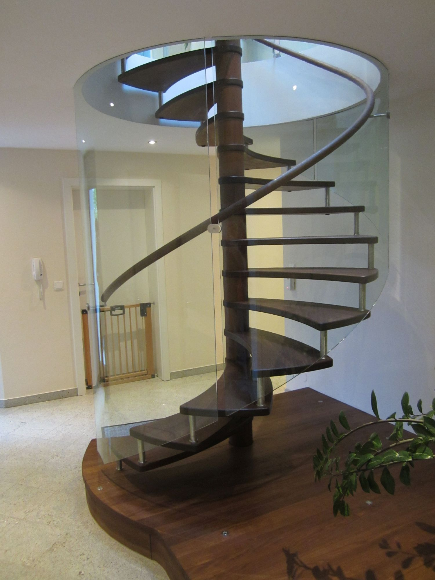 This picture is showing a modern spiral staircase with curved glass railing and floating - Modern interior design with spiral stairs contemporary spiral staircase design ...