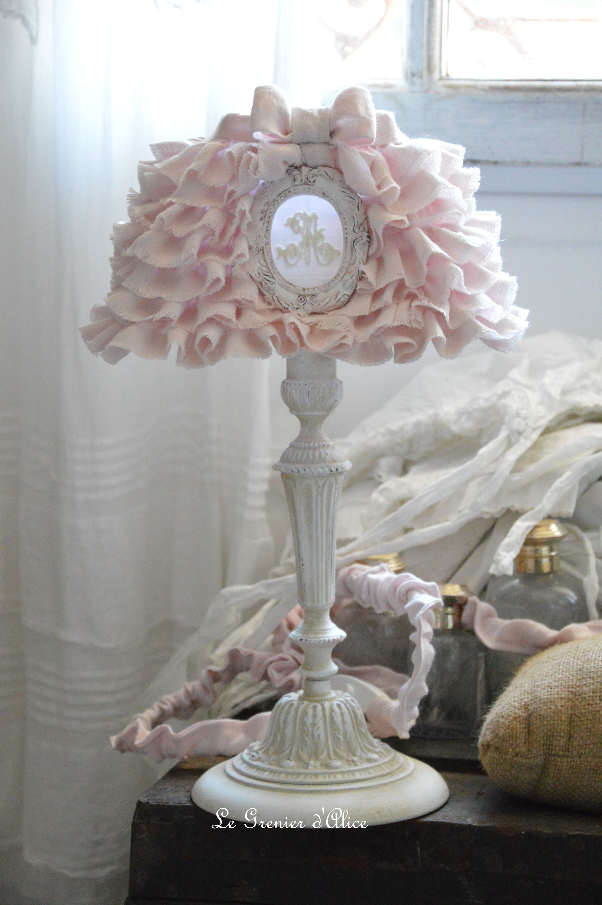 lampe de chevet shabby chic et romantique lampe de charme pied de lampe patin lin avec abat. Black Bedroom Furniture Sets. Home Design Ideas