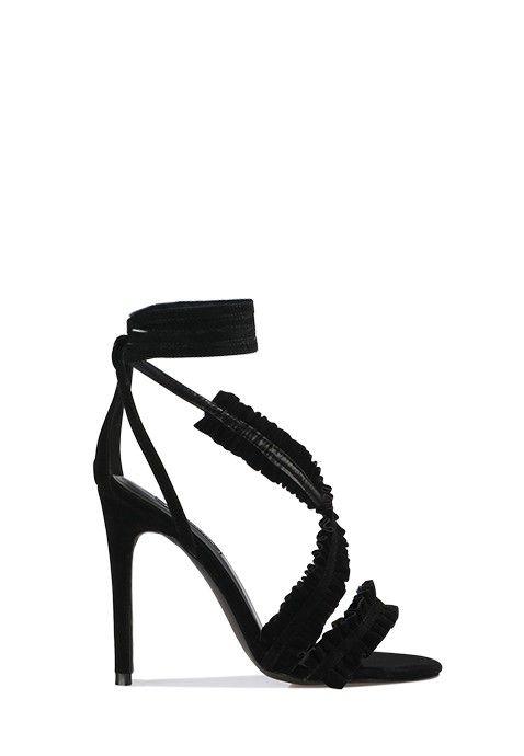 Chic et raffinée, cette sandale noire à talon aiguille affiche de très  jolis détails glamour. L'arrière du pied est recouvert et relié au tour de  cheville, ...