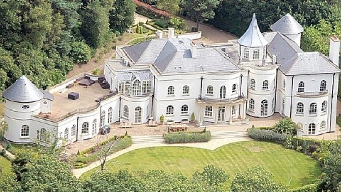 The 10 Most Extravagant Homes Owned By Footballers Extravagant Homes Mansions Celebrity Houses