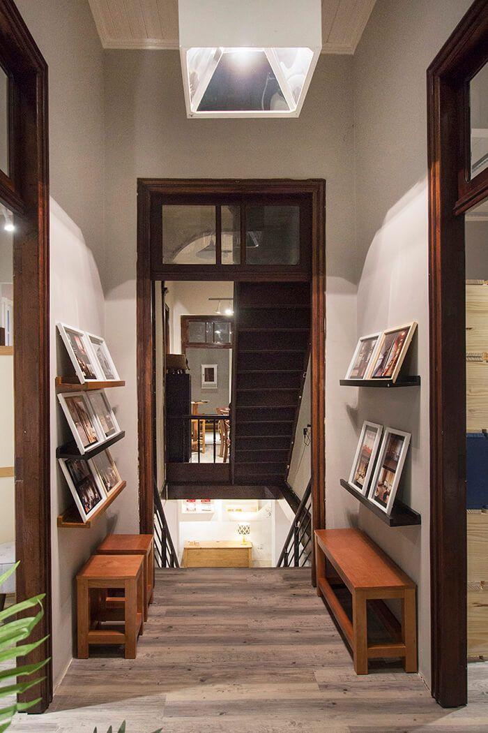 Hall de entrada da Casa MMM, mostrando escadas internas. Casa MMM em Curitiba Paraná!