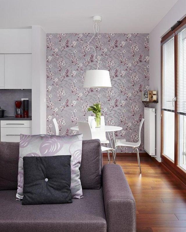 Dekovorschläge Für Wohnzimmer Essbereich  Lila Polstersofa Tapete Blumenmuster Weisse Kuechenzeile Esszimmermoebel