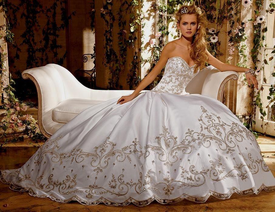 huge-ball-gown-wedding-dress-with-sweetheart-neckline-cherrymarry.jpg (906×700)