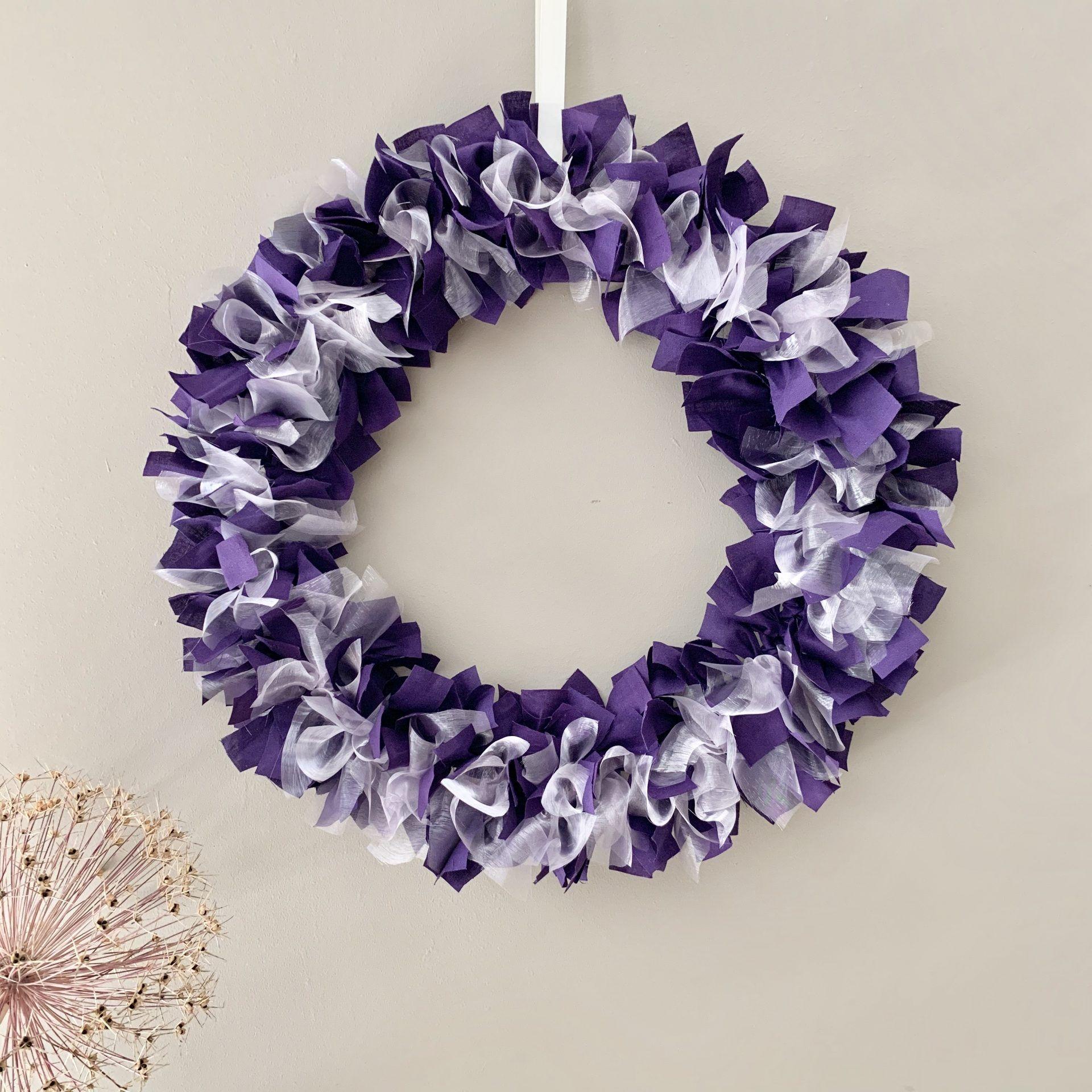 Photo of Handgemachte lila Baumwolle und weißer Organza-Lappenkranz, hängende Wanddekoration. – Das britische Handwerkshaus