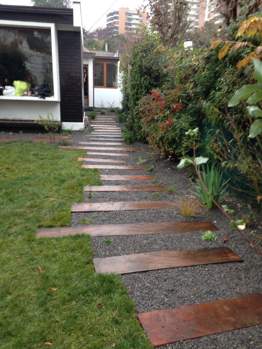 Jardin con durmientes escalera ingreso huellas jardin for Decorar jardin economico