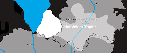 Da diese Region überwiegend protestantisch ist, sind die Trachten relativ schlicht und in gedeckten Farben gehalten. Zur Hersfelder Tracht gehören, neben dem Hersfelder Raum auch die Dörfer aus dem Aulatal (Kirchheim) bis Oberaula und die Gemeinden aus dem Landecker Amt (Schenklengsfeld, Friedewald, Malkomes, Lautenhausen und Ausbach). #Hersfeld