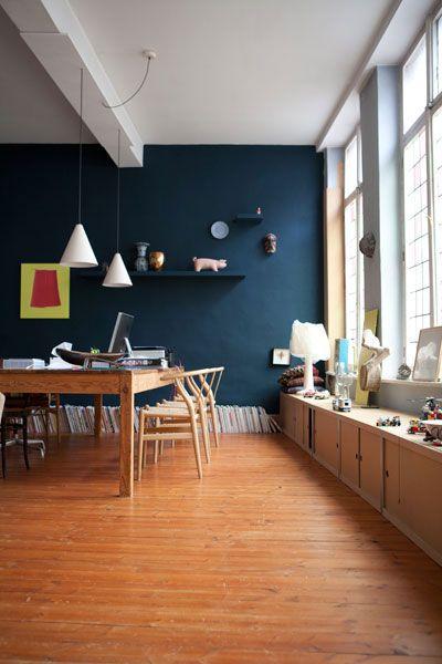 salle à manger au mur bleu canard , fenêtre en vitrail , vieux ...
