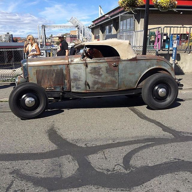 Rad Trad #fuel32 #Repost @swill_of_steeknswill ・・・ @kostalottakustom  great seeing you and @belindaville  take care and see you in January one of my all time favorites #32ford #ford #roadster #highboy #hopup #deuce