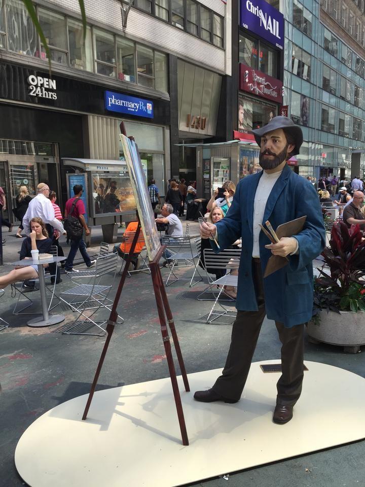 Фото: Севард Јохнсон сабласно Лифелике Скулптуре представљен у Гармент Дистрицт: Готхамист