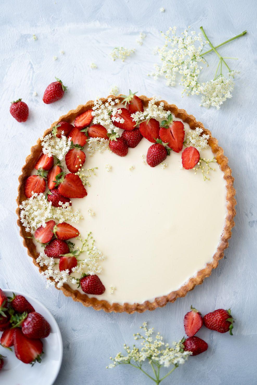 Panna Cotta Tarte mit Erdbeeren, Holunderblüten & Tonkabohne — Backbube