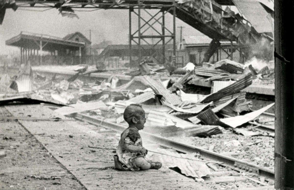 Op 13 en 14 januari 1945 bombardeerden de Amerikanen de Auschwitzfabriek. Daarbij kwamen 300 mensen om het leven. Dat waren zowel gevangenen als soldaten. We hebben voor een foto gekozen van een kind net na een bombardement, want er waren kinderen aanwezig. Die kinderen hadden soms geen ouders meer en waren verminkt. We willen ook nog eens extra in de verf zetten dat kinderen tot op vandaag nog heel erg vaak het slachtoffer zijn van bommen en aanvallen en dat kan niet.