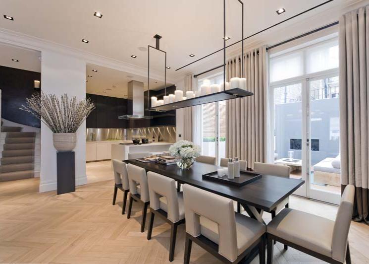 plank lamp boven de eettafel met kaarsen erop aanbouw