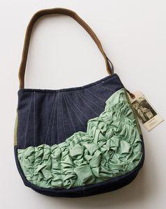 Un bolso blandito y con diferentes volúmenes, ademas pega con todo :)