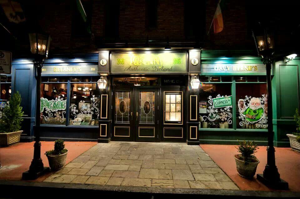 Kilkenny's Irish Pub holiday store front. Cherry Street