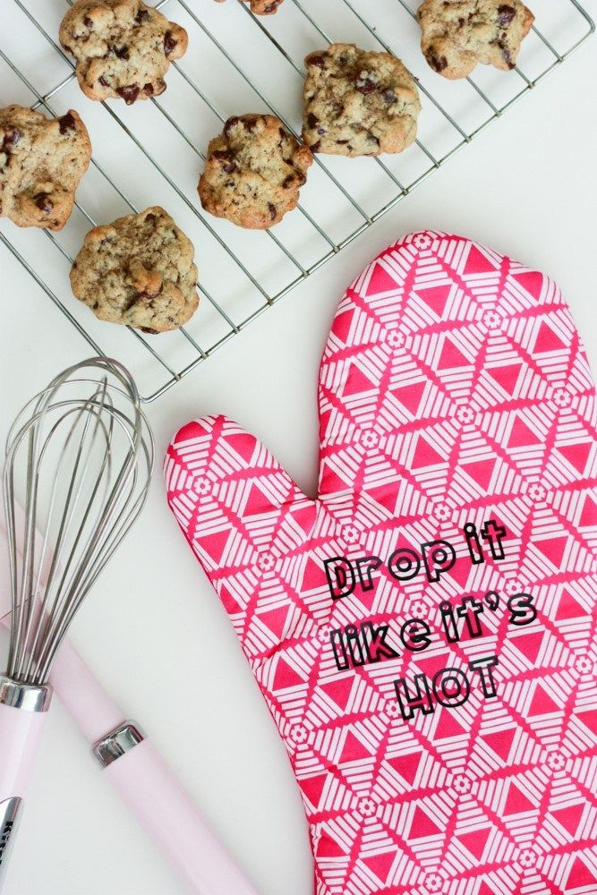 Custom Oven Mitts How To Apply Heat Transfer Vinyl Video Oven Mitts Homemade Mothers Day Gifts Heat Transfer Vinyl