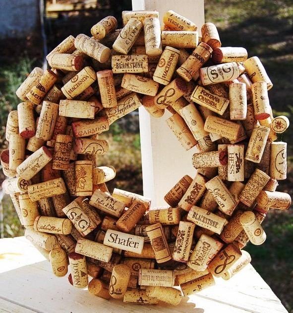 Rustic christmas wine cork wreath diy christmas wreath for Wine cork diy ideas