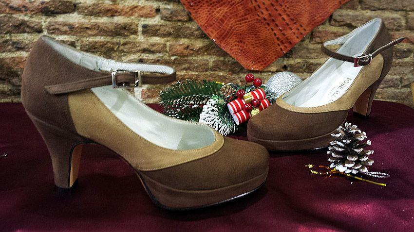Bonitos y pequeños zapatos, son de una chica que tiene un 33. Está combinado en ante marrón y un ante tostado.