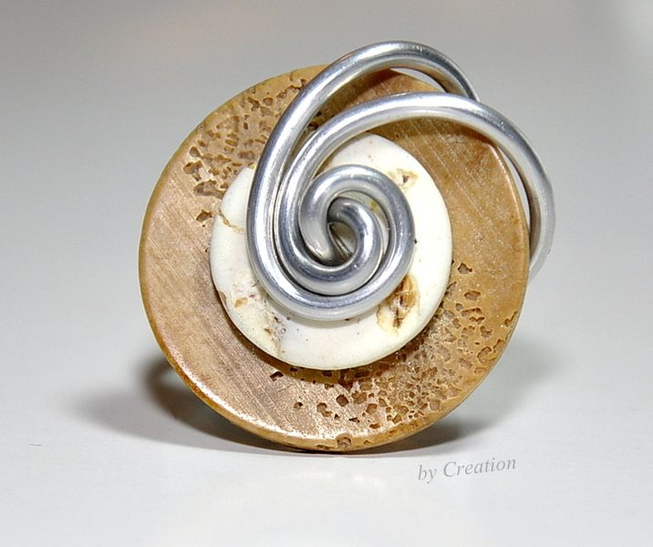 ring made with buttons - on Dawanda.de...nice inspiration | Schmuck ...