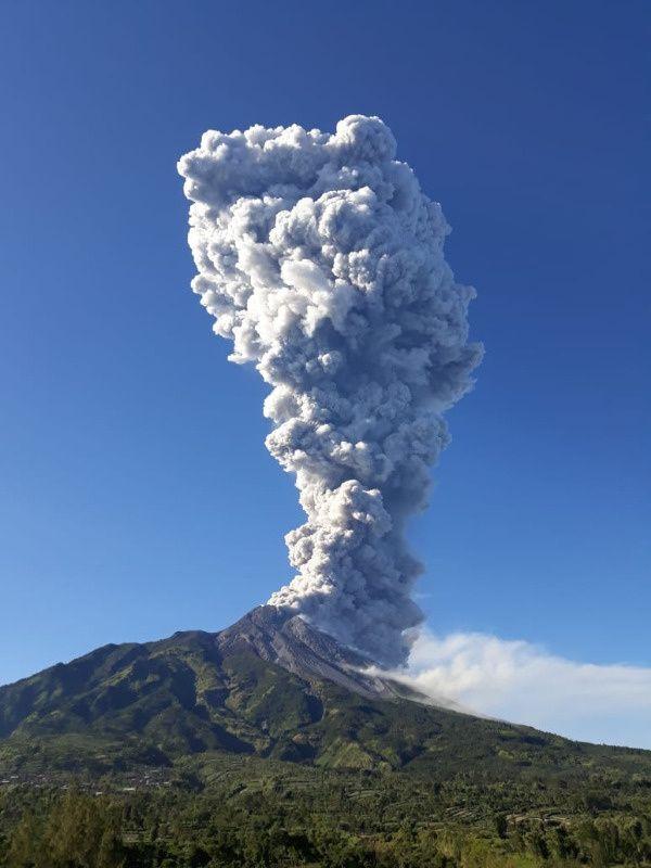 Merapi  plume of the phreatic eruption of 11052018  7