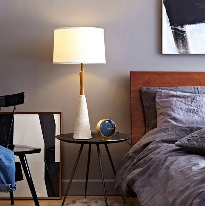 Mur taupe couleur et linge de lit gris anthracite dans une chambre à coucher parquet
