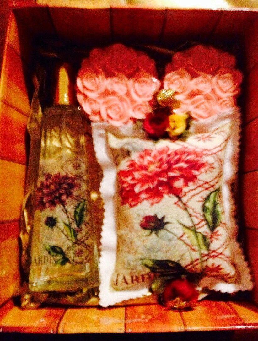 Home spray <br>Sache tipo almofada 10cmx13cm <br>2 sabonetes de glicerina formato buque de rosas. <br> Ou <br>Difusor de ambiente <br> 3 Sabonetes de glicerina 120g cada <br>Essencia: gardênia, capim limão, flores do campos e calêndula