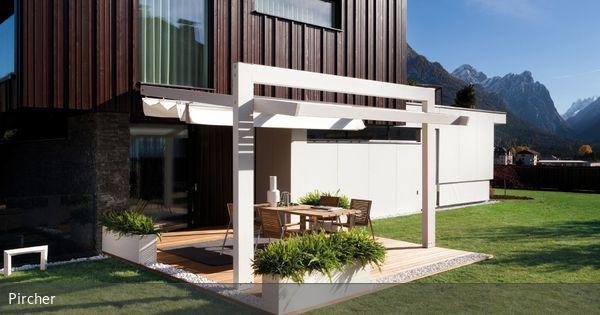 Eine Terrasse mit moderner Markise bietet Schutz vor Sonne