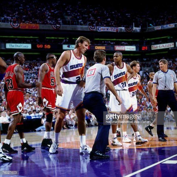 Fotografia de notícias : Tom Chambers of the Phoenix Suns discusses a call...