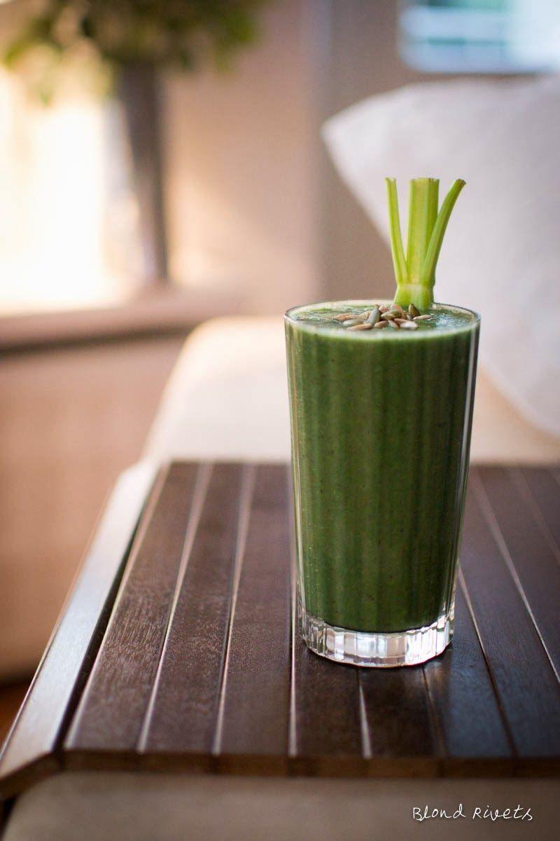 1 vihreä omena 1 kiiwi 1/2 avokado 2 lehtisellerin vartta kourallinen pinaattia limemehua vettä tai tuorepuristettua appelsiinimehua 1 tl spirulinaa 1/2 tl luomu amla-uutejauhetta 1 rkl riisiproteiinia