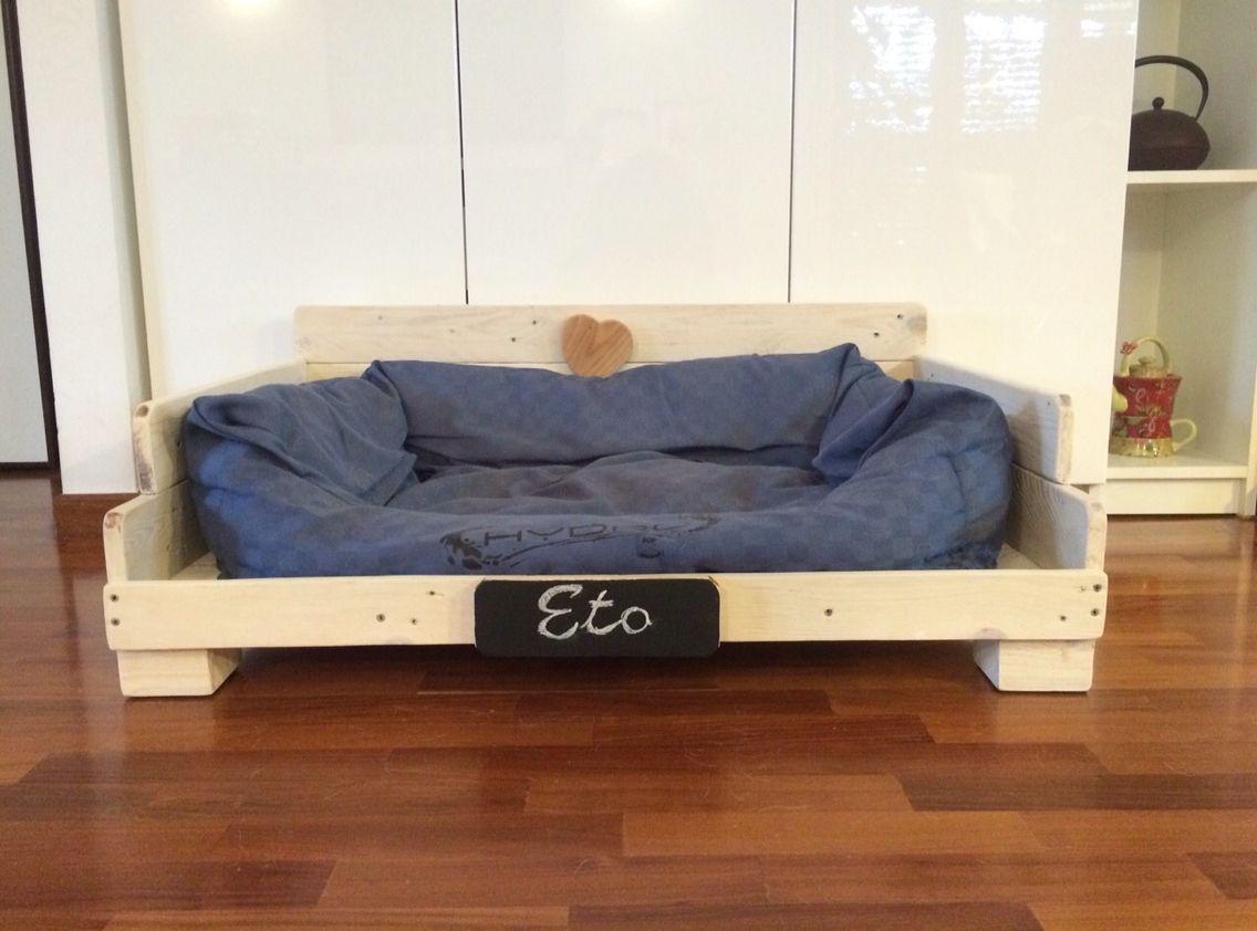 La cuccia per Eto, cagnolino di taglia, media fatta a mano con legno di recupero Made in Pallet. Info: WWW.ECONATURABIO.IT