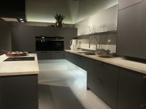 Dunkle Küche offene küche mit dunklen mattlack fronten und steinarbeitsplatte