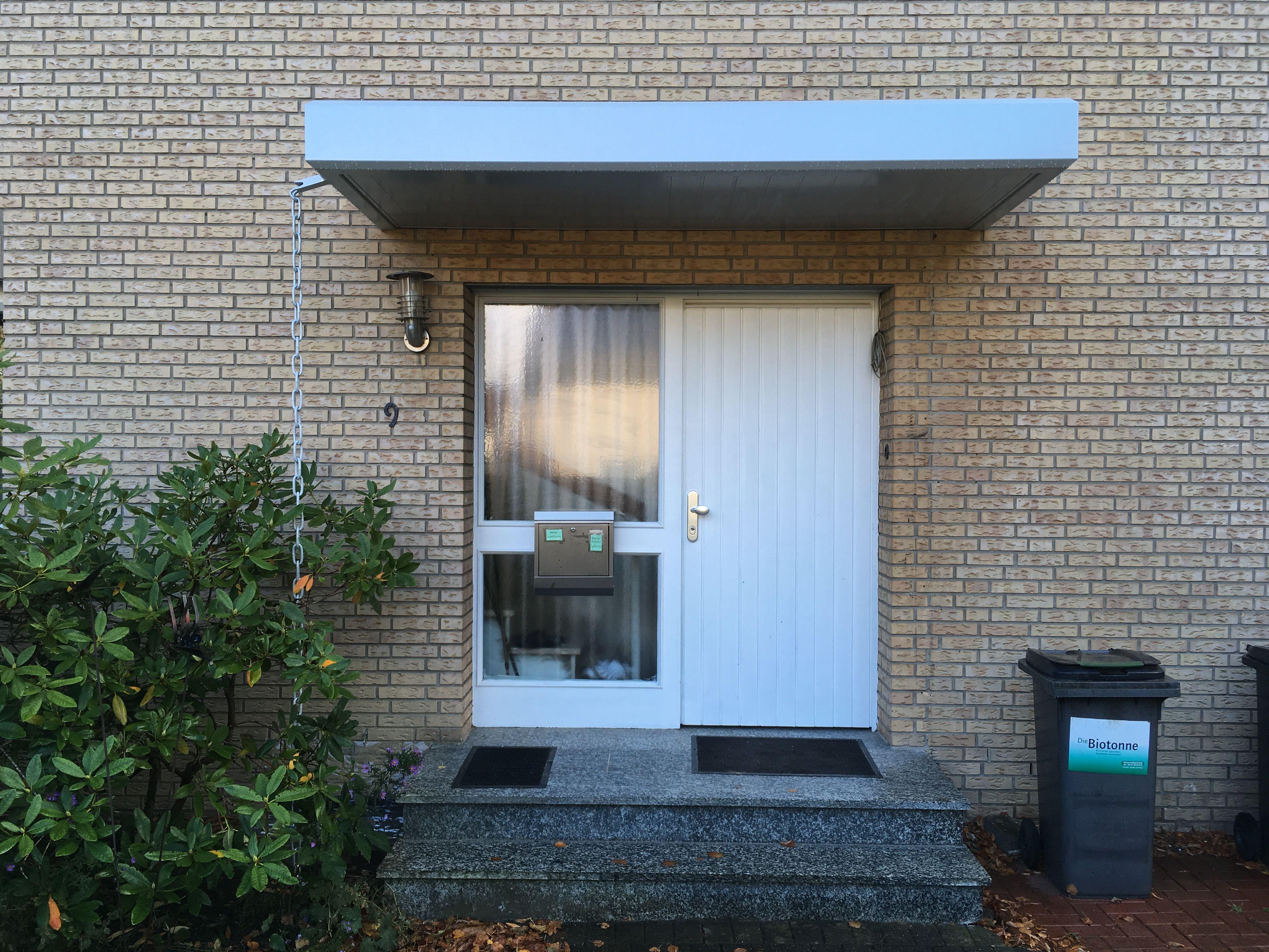 Betonvordach vs. Aluminium Hausürvordach. Lass einfach das