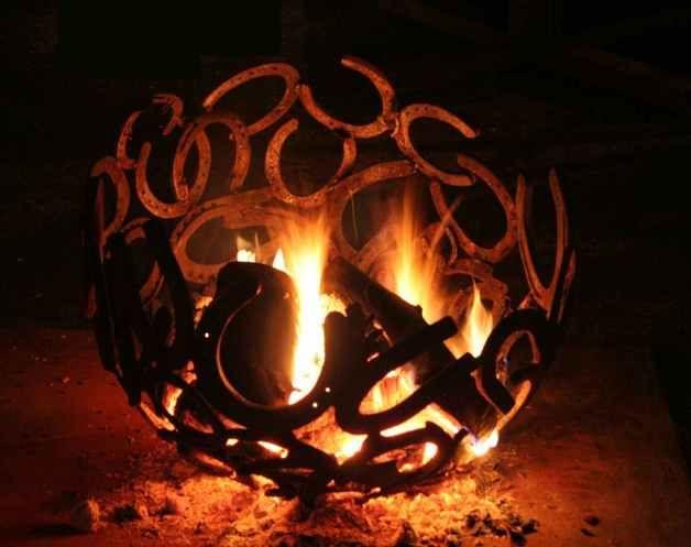 Gartenobjekt, Lichtobjekt, Feuerobjekt  Feuerschale und Gartendekoration- der Blickfang im Garten und ein Highlight bei Nacht! Aus lauter einzelnen Hufeisen doppelt verschweisst für...